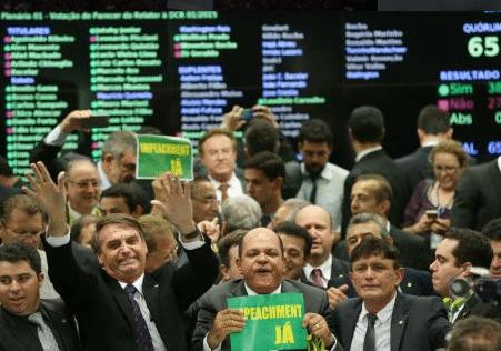 5 presidentes enjuiciados (y 1 destituido por loco) en América Latina