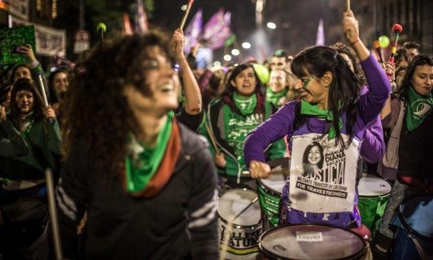 """""""Hoy hacemos historia"""", crónica desde el epicentro de la #Vigilia13J a favor del aborto en Argentina"""