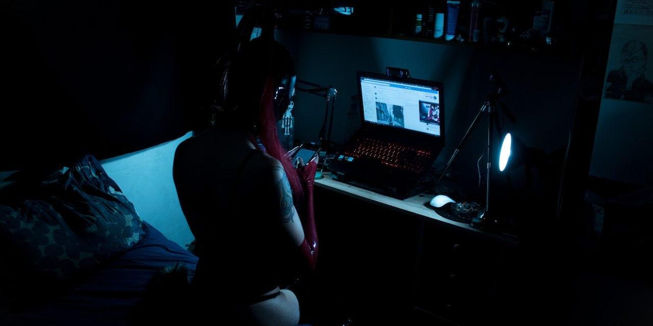 Cámara, látex, acción. Dinamita, historia de una webcamer en Bogotá