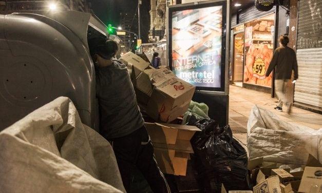 Con todo lo que contiene un cuerpo, crónica de una noche con una familia de recicladores argentinos